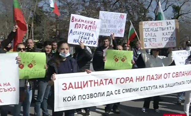 Трети пореден протест във Варна срещу изсичането на защитена гора.