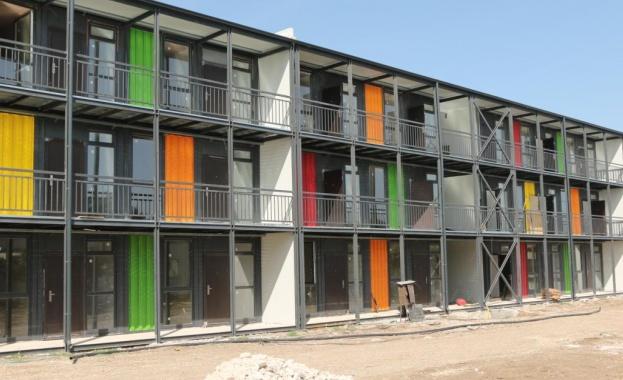 Три многофамилни жилищни сгради от морски контейнери с 51 апартамента