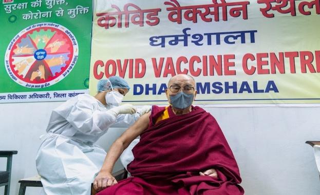 Тибетският духовен лидер Далай лама беше ваксиниран днес срещу новия