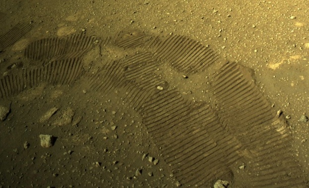Първите си метри на Марс измина роувърът, изпратен преди две