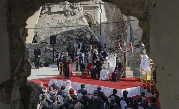 Насред руините, оставени от ислямистите в Мосул, днес папа Франциск