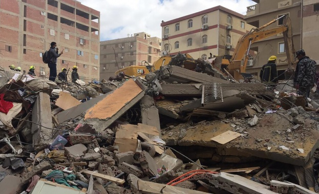 Приключи издирването на останки под рухналата сграда във Флорида