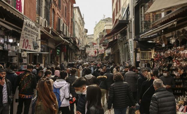 Тези дни хранителните магазини в Турция правят баснословни обороти. Милиони