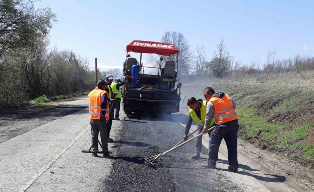 Напредва основният ремонт на 7,71 км от път II-81 Берковица