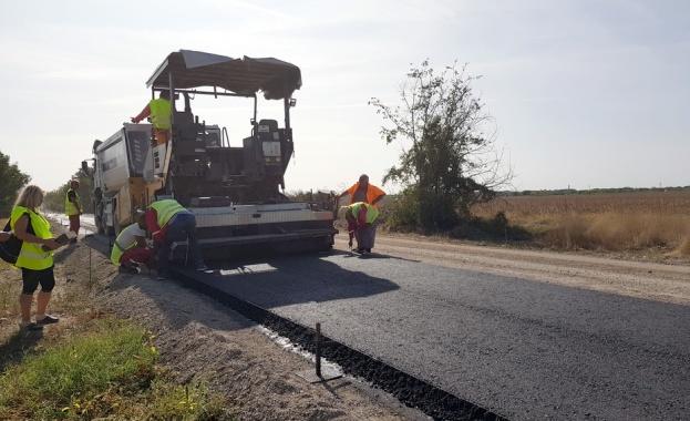 Напредва основният ремонт на над 9 км от третокласния път