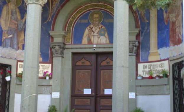 Неизвестни за сега извършители са разбили църквата