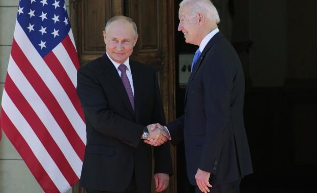 С ръкостискане, усмивки и обща снимка започна срещата между Путин и Байдън в Женева