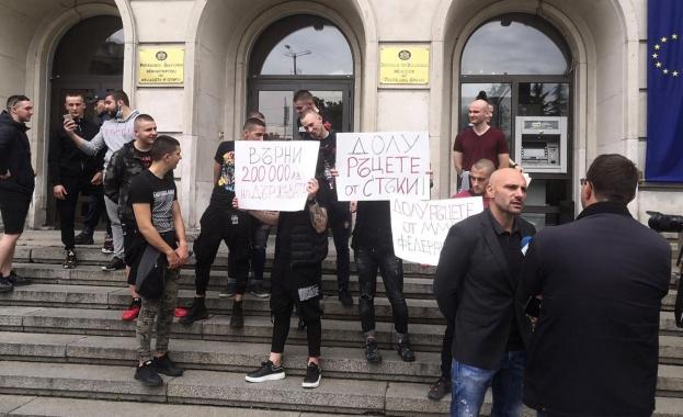 ММА-бойци, начело със Стъки, нахлуха в Министерството на спорта