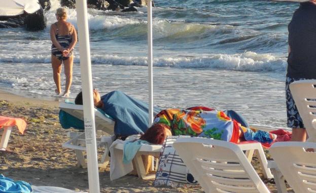 Битка за места на плажа в Поморие, в 7 часа чадърите и шезлонгите вече са заети