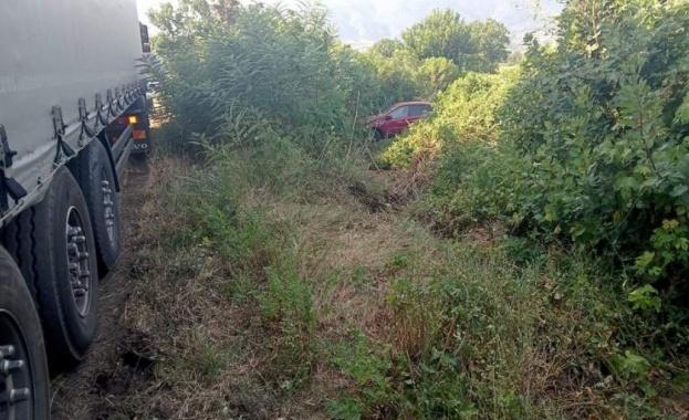 Кола се удари в тир и излетя от пътя край Симитли