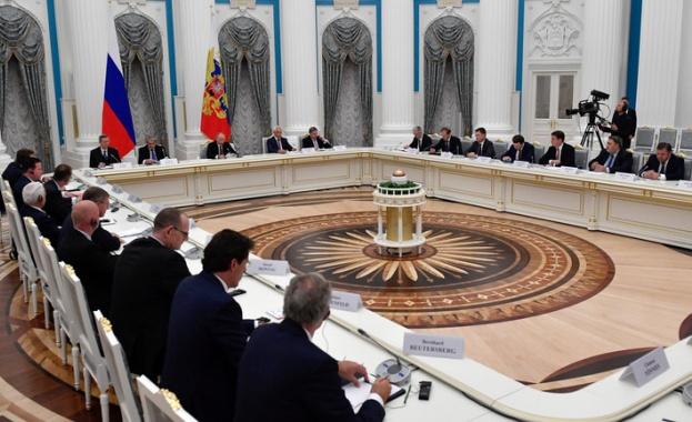 Пред нарастващата конкуренция и намалената мощ, Москва набляга върху влиянието