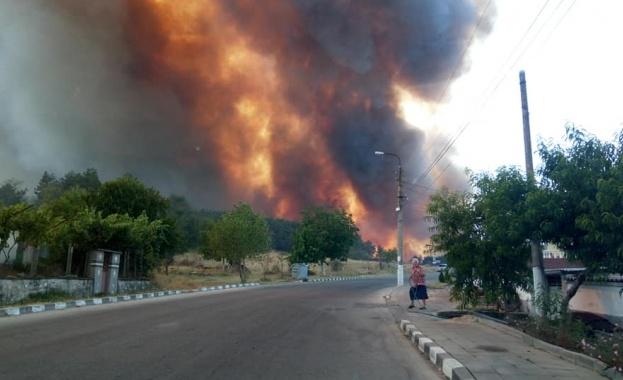 Пламна Средногорието, шест къщи изпепелени в огнен ад в Старосел, включиха и хеликоптер в гасенето