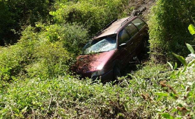 Кола излетя от пътя след остър завой край Благоевград