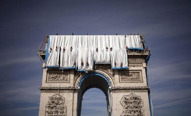 Стотици метри полипропиленов сребристосин плат бяха разгънати от едната страна