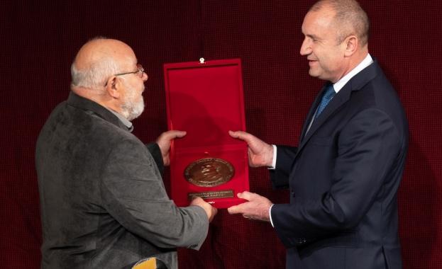 """Държавният глава връчи годишната награда за духовен принос """"Иван Вазов"""
