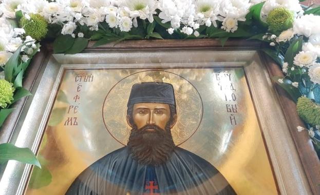 Чудотворната икона с мощите на св. Ефрем Нови, пристига на