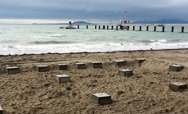 Общински съветници от БСП с питане за бетонни елементи на плажа в Бургас