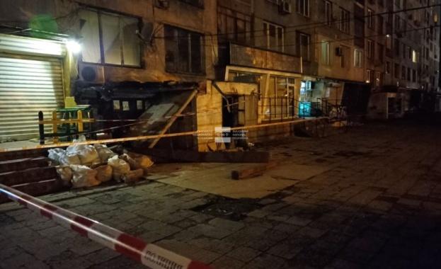 Козирка на жилищен блок се срути в квартал